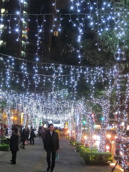 新北歡樂耶誕城24日平安夜周邊燈飾的燈具呈現繽紛色彩。(鍾元/大紀元)