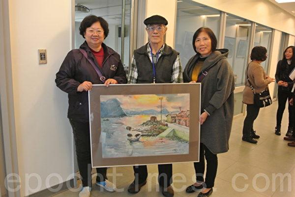 画家杜沧龙拿出1983年的画作,勾起地方人士对家乡的深刻记忆。(周美晴/大纪元)