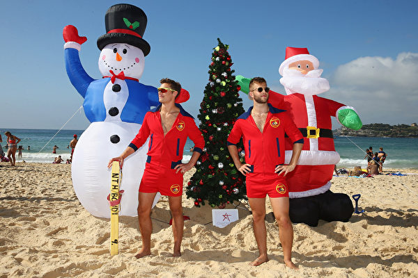 12月25日,澳洲悉尼,邦迪海滩涌入大批欧美游客,下水游泳冲浪,欢乐过圣诞。(Don Arnold/Getty Images)