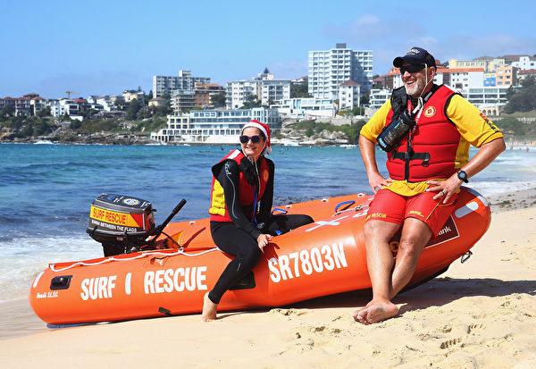 S12月25日,澳洲悉尼,邦迪海滩涌入大批欧美游客,下水游泳冲浪,欢乐过圣诞。(Don Arnold/Getty Images)