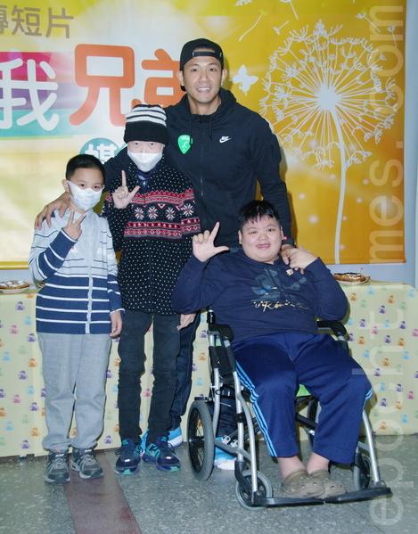 陳建州於2014年12月25日在台北與抗癌小勇士共賞「你是我兄弟」形象短片。與癌童共影。(黃宗茂/大紀元)