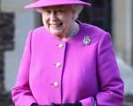 2014年12月25日,英国皇室全体成员参加教堂耶诞节祷告活动。图为英国女王伊丽莎白二世离开桑德灵厄姆附近的教堂。(Chris Jackson/Getty Images)