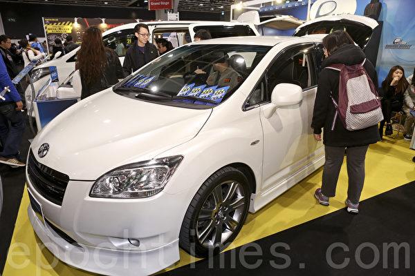 25日圣诞节,香港冬季购物节开幕,并首次举办香港车展(新版)及国际车品博览,吸引大批车迷到场参观。房车依然是家庭的至爱。(余钢/大纪元)