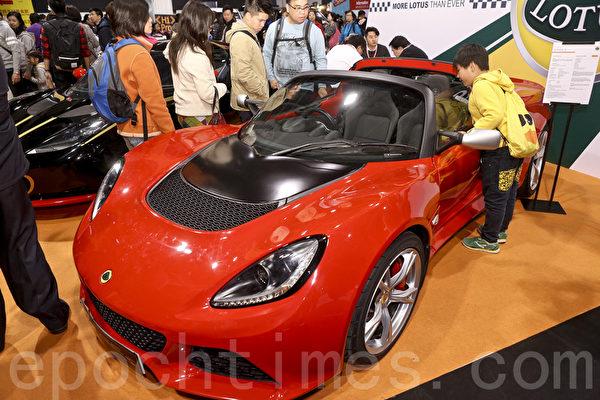25日圣诞节,香港冬季购物节开幕,并首次举办香港车展(新版)及国际车品博览,吸引大批车迷到场参观。小朋友也钟爱跑车。(余钢/大纪元)