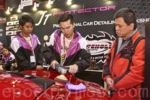 25日圣诞节,香港冬季购物节开幕,并首次举办香港车展(新版)及国际车品博览,吸引大批车迷到场参观。车行职员现场示范跑车保养术。(余钢/大纪元)
