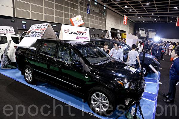 25日圣诞节,香港冬季购物节开幕,并首次举办香港车展(新版)及国际车品博览,吸引大批车迷到场参观。(余钢/大纪元)