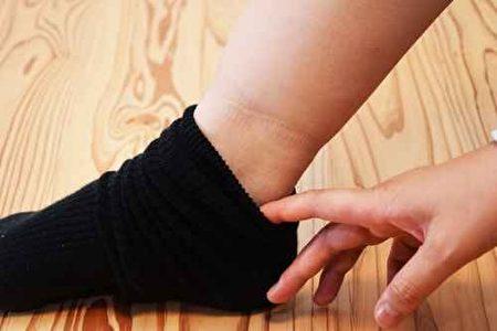 水肿可出现在身体低垂部位,如双脚踝内侧、双下肢、腰骶部等。(fotolia)