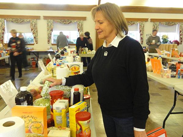 「愛心疏困」項目成員正在忙碌的準備聖誕期節物品。(高聆/大紀元)