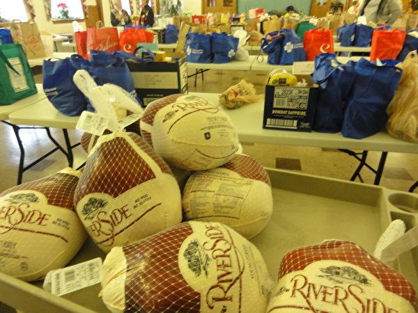為貧困家庭準備的免費冰凍火雞隨和食物。(高聆/大紀元)