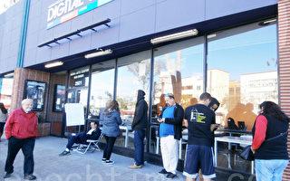 圖:加州聖地亞哥一家小劇場「數字健身房(Digital Gym)」聖誕節當天放映爭議片《採訪》。(英文大紀元/Gisela Sommer)