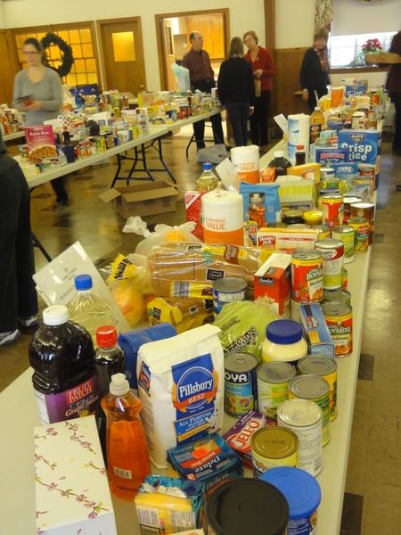 """""""爱心疏困""""项目成员正在忙碌的为本社区30多户贫困民众准备圣诞期节食物和日常基本生活的必需品。(高聆/大纪元)"""