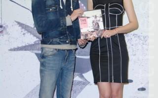 跨足演员的插画家安哲终于出了新绘本《不安分的石头》于2014年12月26日在台北发表。安心亚站台力挺。(黄宗茂/大纪元)
