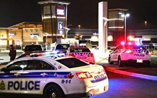渥太華警方在當地時間12月26日下午3:45左右接到槍擊電話報警。槍擊地點發生在渥太華西部卡納達(Kanata)地區新開業不久的Tanger商城。幸運的是,槍擊僅造成一名女士輕傷,警方稱這看起來是一起孤立事件。事發地點被封鎖。(任喬生/大紀元)