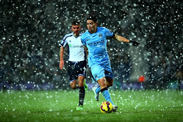 英超联赛西布朗和曼城比赛正酣之际,突然天降大雪。(Richard Heathcote/Getty Images)
