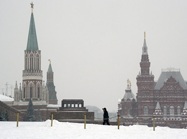 俄罗斯首都莫斯科25日突降暴雪。图为红场积雪。(YURI KADOBNOV/ AFP)
