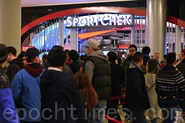 2014年12月26日,大温哥华地区各大购物中心内人潮涌动。(景浩/大纪元)