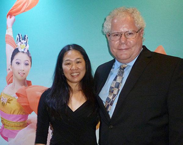 2012年才從中國來到美國的Lingling Norman(左)非常認同神韻給人所傳遞的價值觀。她表示只要是對社會、對人類好的思想和行為都應該傳承下去。(吳香蓮/大紀元)