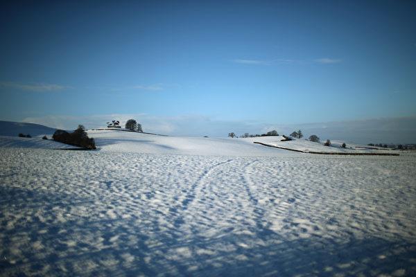 12月27日,英国汉伯里,哈伯利附近的斯塔福德郡的隔夜雪。(Christopher Furlong/Getty Images)