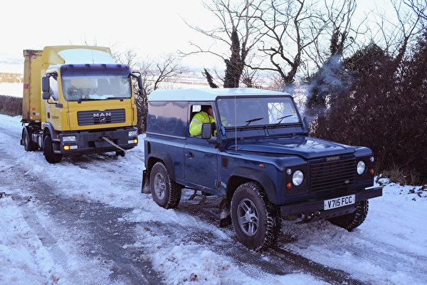 12月27日,英国汉伯里,哈伯利附近的斯塔福德郡路面积雪。(Christopher Furlong/Getty Images)
