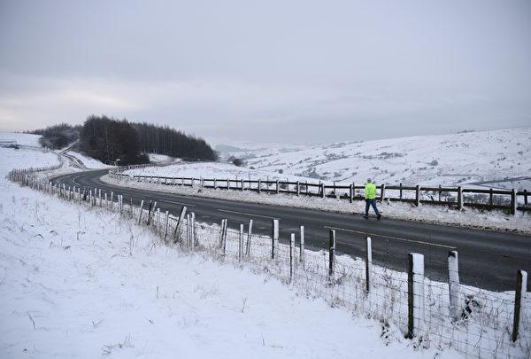 2014年12月27日,英格兰北部Diggle村附近被雪覆盖。(OLI SCARFF/AFP)
