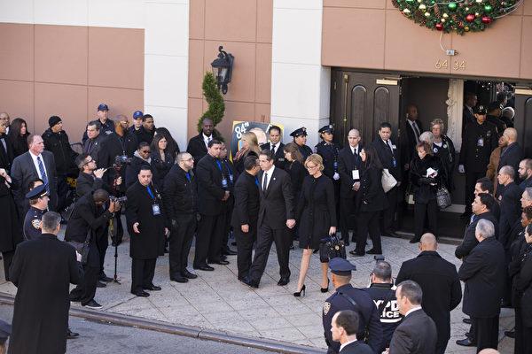 2万5千警察给纽约殉职警察拉莫斯送葬,纽约州州长库莫27日出席纽约市殉职警察拉莫斯的葬礼。(戴兵/大纪元)