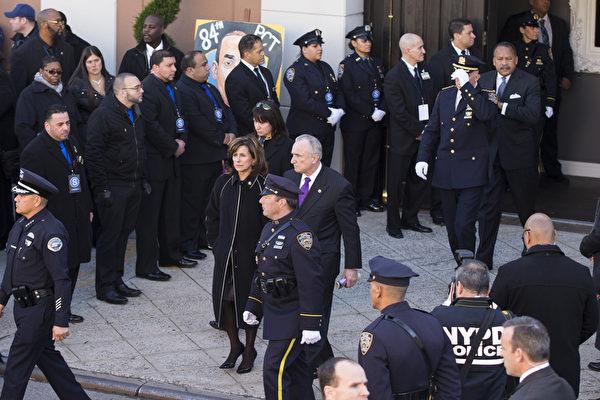 2万5千警察给纽约殉职警察拉莫斯送葬,纽约警察局长布拉顿27日出席纽约市殉职警察拉莫斯的葬礼。(戴兵/大纪元)