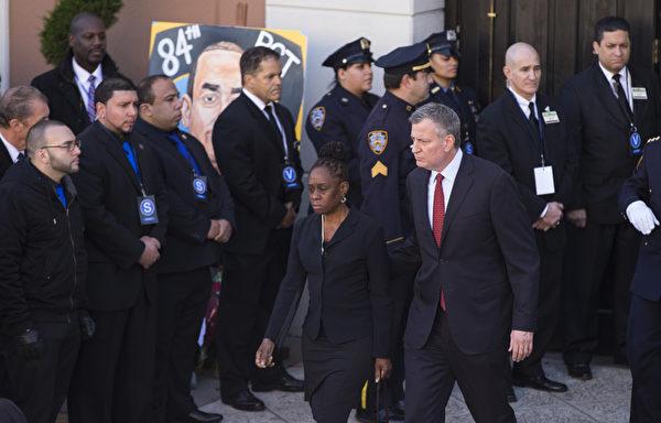 2万5千警察给纽约殉职警察拉莫斯送葬,纽约市长白思豪27日出席纽约市殉职警察拉莫斯的葬礼(戴兵/大纪元)