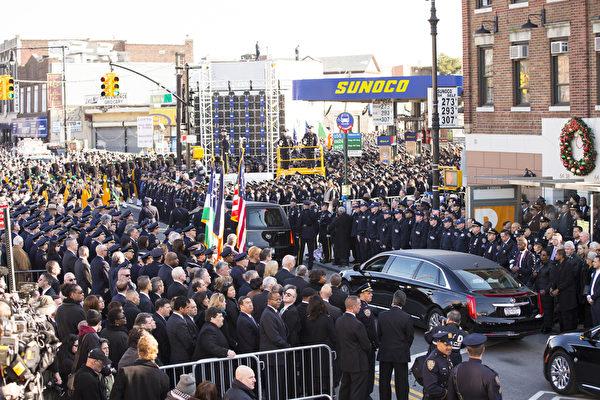 2万5千警察给纽约殉职警察拉莫斯送葬(戴兵/大纪元)