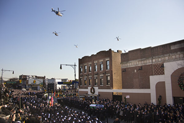 2万5千警察给纽约殉职警察拉莫斯送葬,纽约警察局直升机编队低空飞过,向英雄致敬。(戴兵/大纪元)