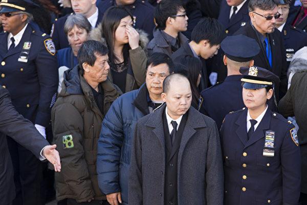 殉职警察刘文建的家人也出席周六在皇后区基督帐幕教堂为拉莫斯(Rafael Ramos)举行的送葬。(戴兵/大纪元)