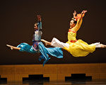 茑松艺术学校学生在展演中的中国古典舞的高难度动作。(李丹尼/大纪元)