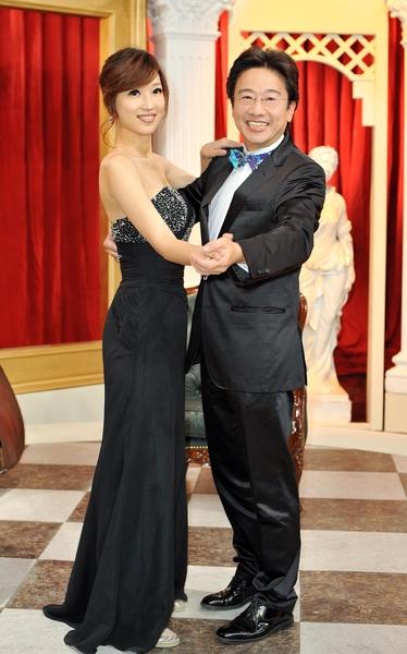 張正傑當場就教鄔凱雯跳起優雅的華爾滋,還稱讚她有天份。(台視提供)
