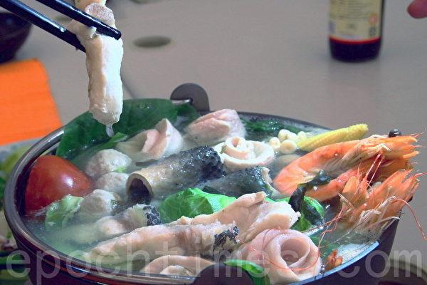 台江渔人港吃草本优格的鱼虾做火锅,肉质Q弹、汤鲜甜,富含高锌、高铁、高蛋白,及低脂、低钠,是零负担海鲜食材。(赖友容/大纪元)