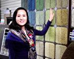新唐人主持人董薇向观众展示地毯直销店的多彩墙,还能免费拿样品。(新唐人截图)