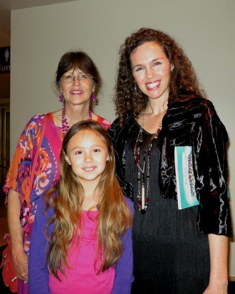 12月30日晚,Virginia Johns一家三人在柯蒂斯•M•菲利普斯表演艺术中心观看了神韵纽约艺术团在盖恩斯维尔市的演出。(林南/大纪元)