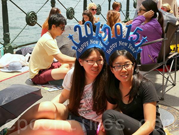 兩位華裔女士選擇了在環形碼頭這邊看煙花秀。(攝影:何蔚/大紀元)