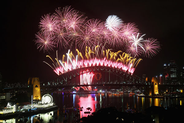 12月31日晚9点,澳大利亚悉尼海港大桥燃放烟花,迎接新年的到来。(Cameron Spencer/Getty Images)