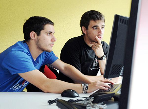 计算机工程学系毕业的起薪中位数为67,300美元。(ULI DECK/AFP/GettyImages)