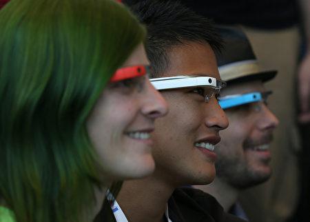 自从谷歌宣布停止销售Explorer版的谷歌眼镜之后,市场对于智能眼镜的追随似乎也不再火热。图为Google Glass。(Justin Sullivan/Getty Images)