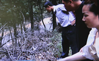 台湾台中车床工厂小开蓝坤俞失踪案,经台中检警追查,蓝男同居女友黄靖雯(右)2014年4月30日坦承因财而杀人分尸焚尸掩埋,带警方前往埋尸地点起尸。(警方提供)