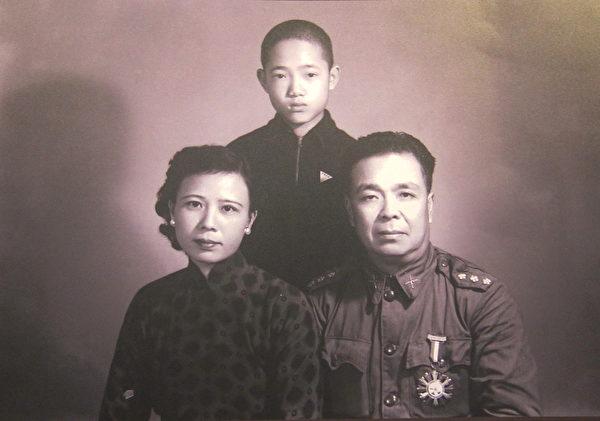 1955年元旦,一江山国军指挥官王生明烈士及其家属的最后合照。(钟元翻摄/大纪元)