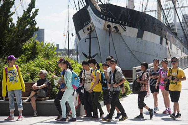 国旅游协会预计中国前往美国游客的人数在2019年会增长为310万人次,与2013年比增长了172%。纽约中国游客和夏令营的学生。(戴兵/大纪元)