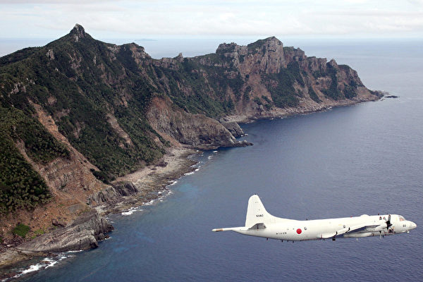 英國檔案館2014年12月30日解密檔案顯示,中共與日本就釣魚島問題1978年就達成諒解和擱置的共識。圖為,2011年10月13日,飛越釣魚島上空的日本海上自衛隊的P-3C巡邏機。(JAPAN POOL/AFP/Getty Images)