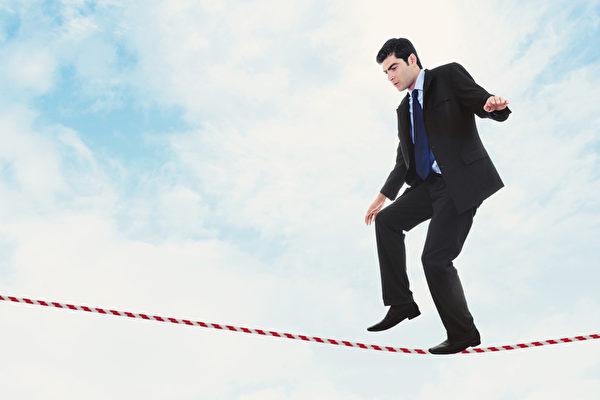 機會和風險永遠存在不確定性。在現實社會中,一件事可行、不可行全賴是否去「嘗試」,而過程中犯錯是難免的,只有從做中才能真正地學習。(Fotolia)