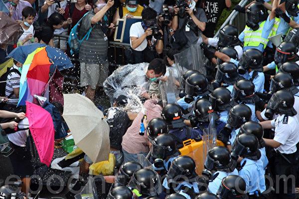 面对香港特首梁振英当局出动防暴警察镇压占中,数以万计的市民在政府总部旁无惧胡椒喷雾和催泪弹,和平理性的要求特首梁振英下台,誓争真正的普选。(潘在殊/大纪元)