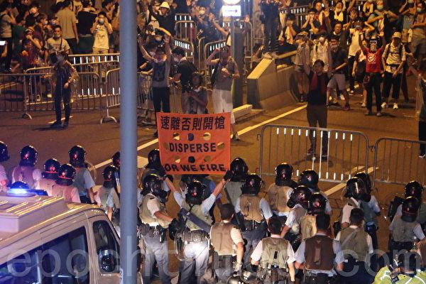 面对香港特首梁振英当局出动防暴警察镇压占中,数以万计的市民在政府总部旁无惧胡椒喷雾和催泪弹,和平理性的要求特首梁振英下台,誓争真正的普选。(蔡雯文/大纪元)