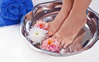 睡觉前用盐水泡脚对人体有很大的好处;运动后用温盐水泡脚也可起到放松的作用。除此之外,盐水泡脚还有其他功效。(Fotolia)