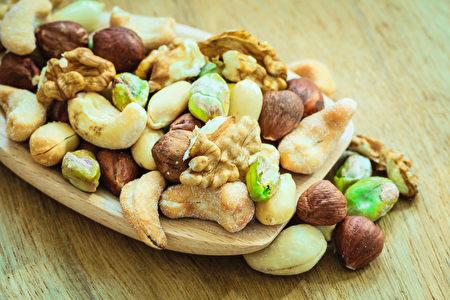 坚果品种:腰果,开心果,杏仁。(fotolia)