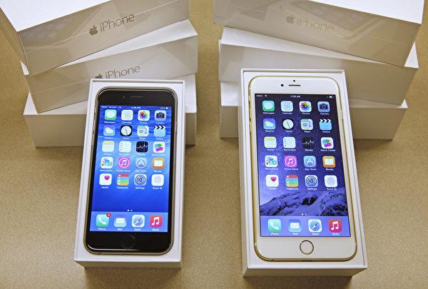 """如果你想拥有一支智能平板手机(Phablet),iPhone 6 Plus(图右)是推荐机种,因为它没有其他平板手机的厚重或是浓浓的""""塑胶""""味。(George Frey/Getty Images)"""