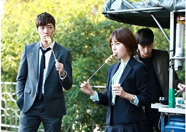 白珍熙(右)與崔振赫主演的新劇《傲慢與偏見》劇照。(MBC提供)